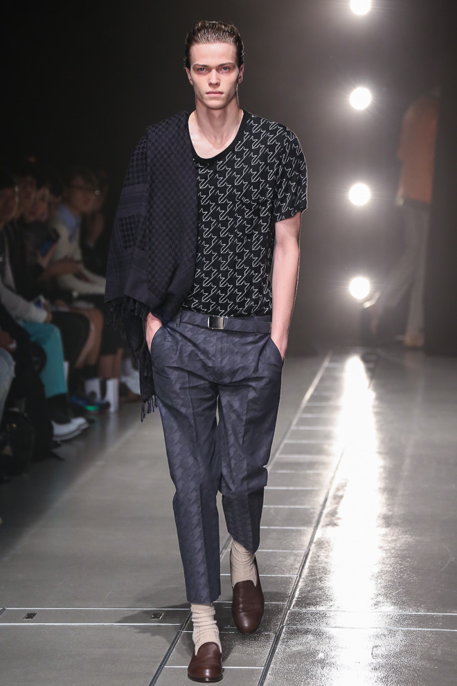 http://www.fashionsnap.com/collection/discovered/2015ss/gallery/index13.php