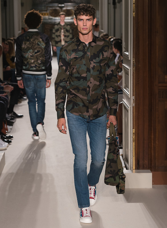 http://www.fashionsnap.com/collection/valentino/mens/2016ss/gallery/index71.php