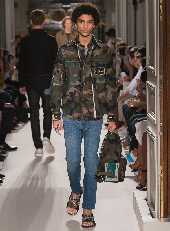 http://www.fashionsnap.com/collection/valentino/mens/2016ss/gallery/index38.php