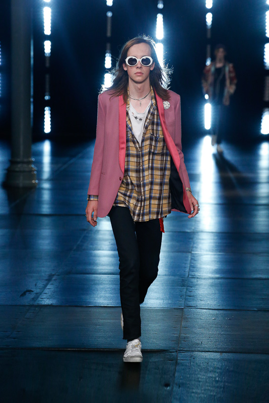 http://www.fashionsnap.com/collection/saint-laurent/mens/2016ss/gallery/index47.php